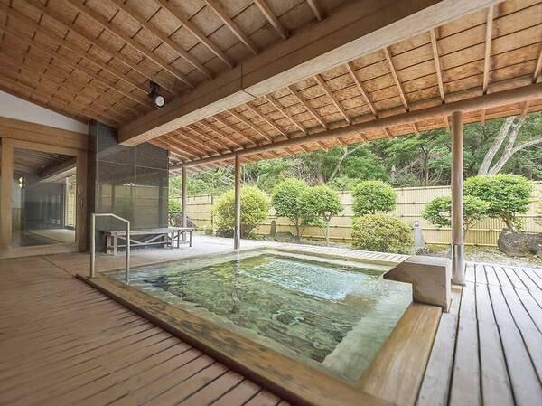 【大浴場・露天風呂】露天風呂も併設!緑に囲まれた空間で癒しのひと時。※クリスタル風呂と入替制