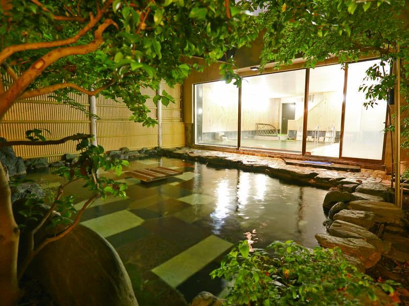【露天風呂】木々に囲まれ、自然を感じられる