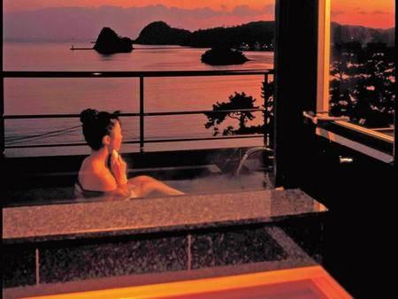 【露天風呂付客室/例】客室の露天風呂からも下田湾を一望できる