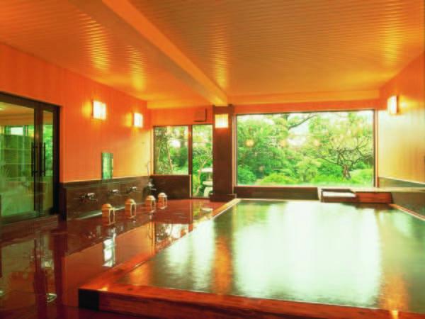 【大浴場・葛浦の湯】2つの自家源泉から自噴する天然温泉を100%かけ流しで満喫