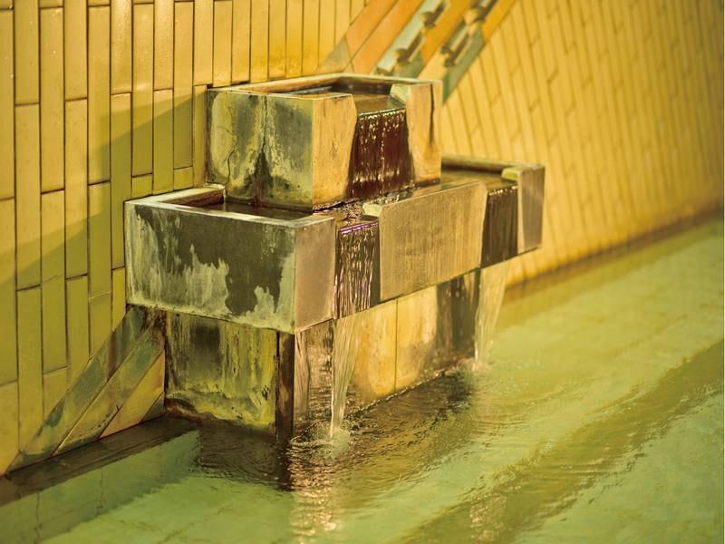 【大浴場「男湯」】豊富な湯量の名湯を存分に楽しめる