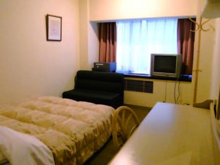 16平米シングルルームにセミダブルベッド1台。眺望は望めませんが、お値打ち!/例