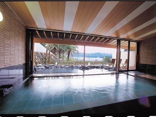 【大浴場/例】開放的な大浴場からも弓ヶ浜の海を望める