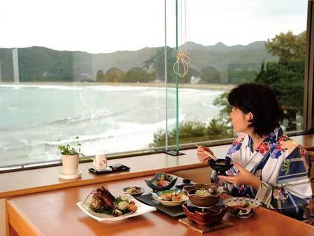 【食事会場】夕食・朝食ともに、弓ヶ浜を望むレストランにて