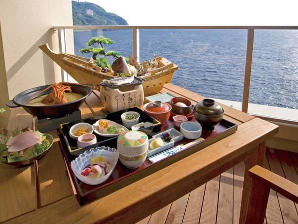 """【朝食/例】「浜の湯」伝統の元祖""""朝から刺身盛り合わせ""""付きの海の幸。"""
