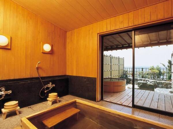 【貸切露天風呂「うららの湯」「ぬくみの湯」(新館3階)】内湯もついた贅沢な空間でゆっくりと湯を堪能。1組1回45分2,200円(当日フロントにて申込み)