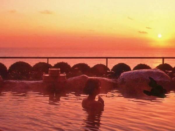 【露天風呂】晴れた朝には太平洋を昇る朝焼けも望める