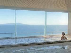 【大浴場】ガラス越しに大海原が広がる