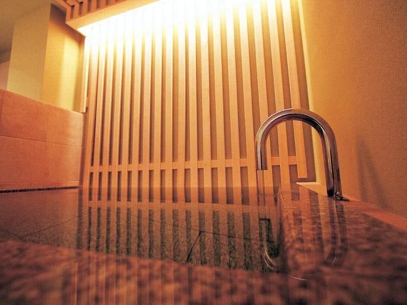 【貸切風呂「芽」】石造りの湯舟で静かな雰囲気を愉しめる
