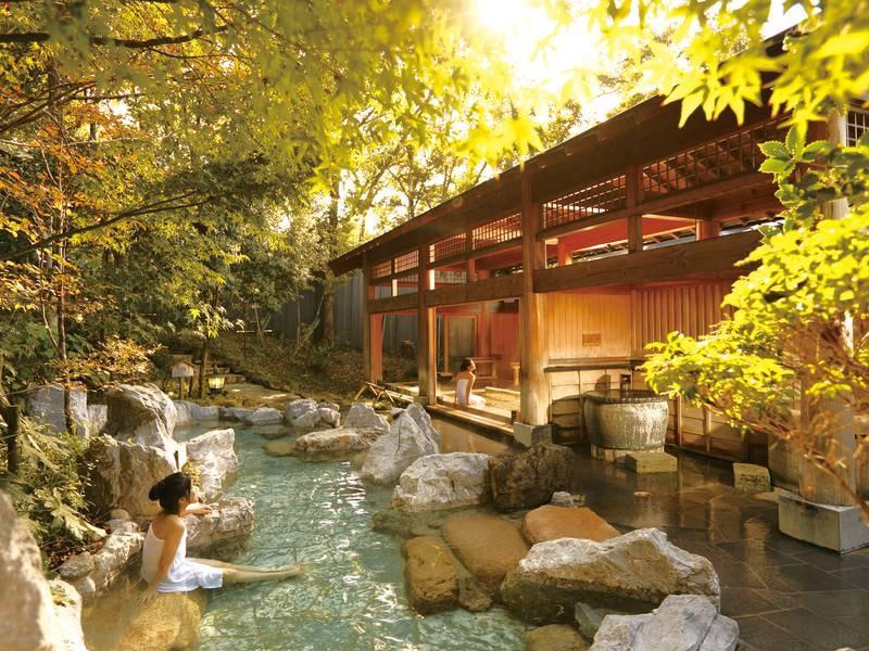 【岩造り露天風呂】自然に囲まれた開放感溢れる湯船