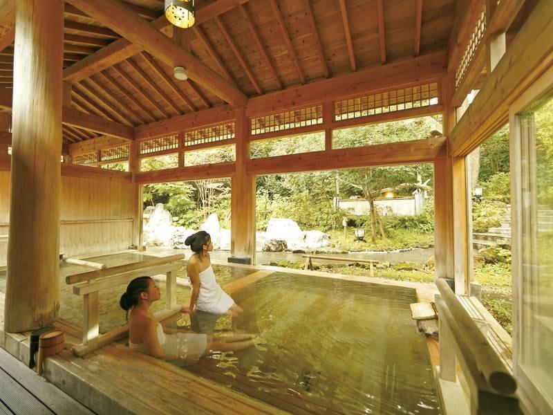 【内湯】種類豊富な湯舟が人気。湯めぐりを満喫できる