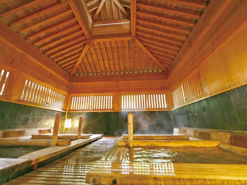 【大浴場・寝湯】広々空間に6つの寝湯も有
