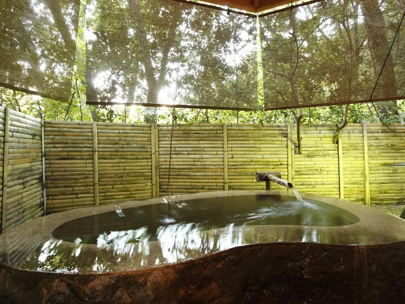 【無料貸切風呂・壱の湯】巨石をくり抜いた豪快な湯舟が自慢