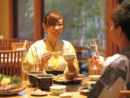 【食事処】思わず会話も弾むイス・テーブルのレストラン
