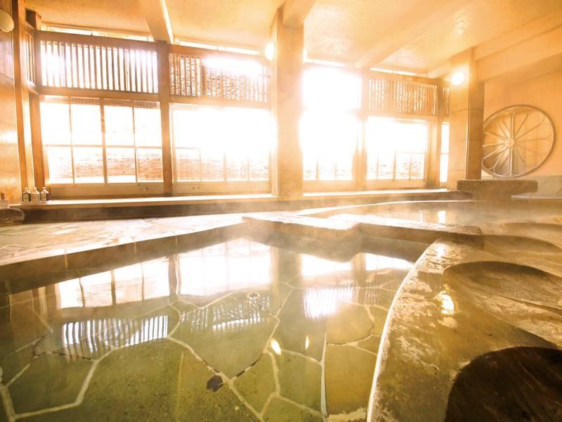 【大浴場(菊風呂)】桂川の音に耳を澄ませてゆっくりと湯を愉しめる