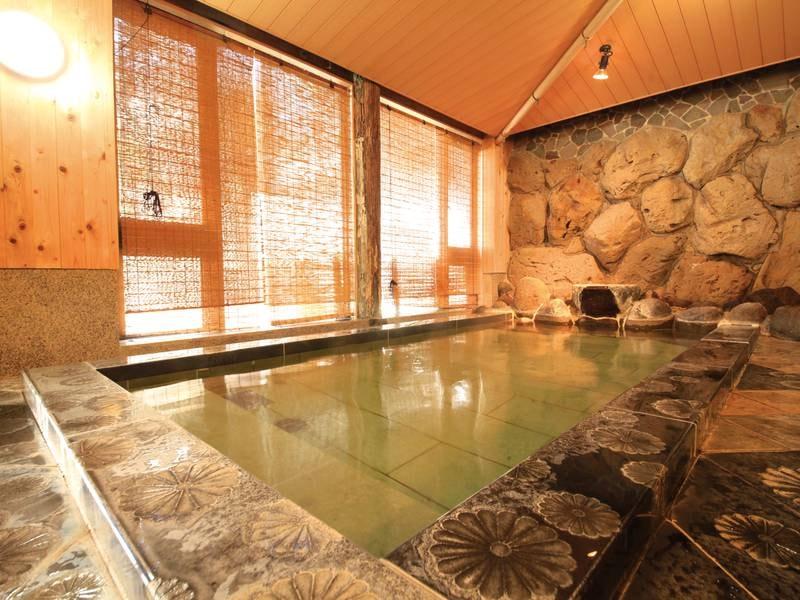 【大浴場・菊風呂】男性風呂は菊の紋章が印象的