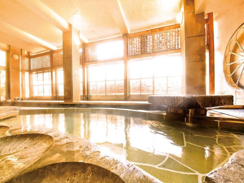 【大浴場(菊風呂)桂川の音に耳を澄ませてゆっくりと湯を愉しめる