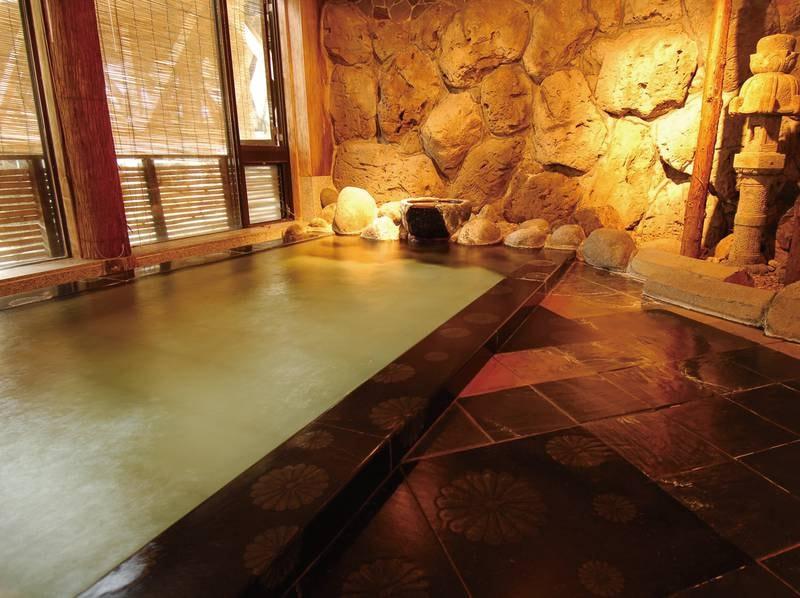 【男性大浴場】至る所に菊の紋章が施されたお風呂