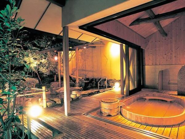 【露天風呂(朱雀の湯)】日中と夜で表情ががらりと変わる檜風呂