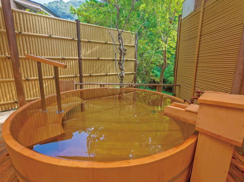 【貸切露天風呂・月】源泉かけ流しの湯を檜の香りと共に