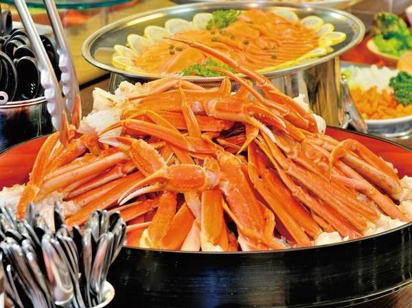 【夕食/例】バイキングでは人気の蟹も食べ放題!