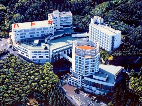 【外観】伊東温泉の高台に建つ、大スケールの温泉ホテル