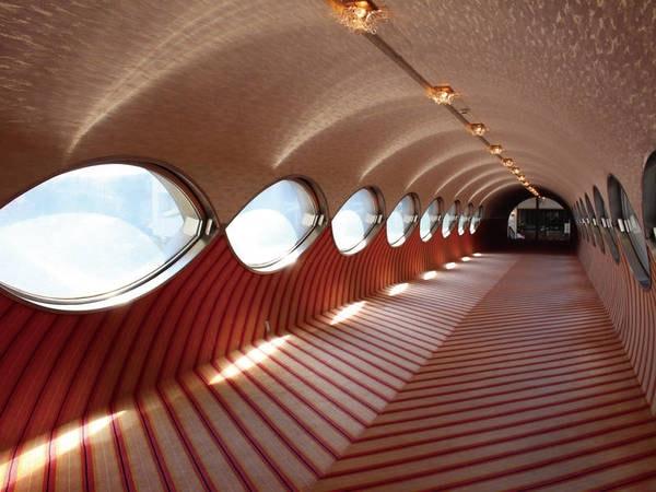 【館内】アートな雰囲気の渡り廊下