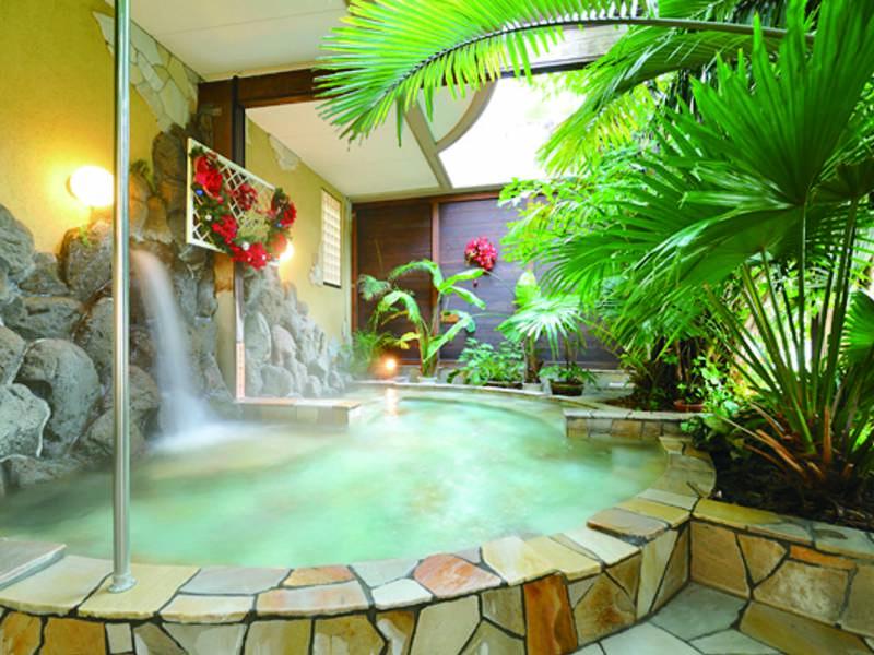 【四季の湯】青々と生い茂る熱帯植物に囲まれた大理石の湯船