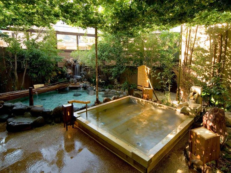 【天空の湯】檜風呂や岩風呂など多彩な湯船でくつろぐ