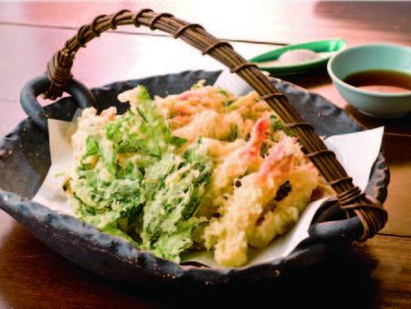 【夕食/例】海老や明日葉など目の前で揚げてくれるアツアツ天ぷら!