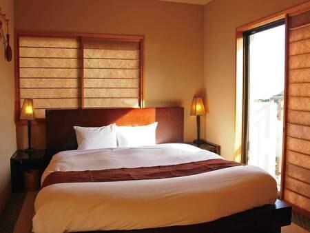 【ダブルベッド客室/例】ダブルベッドが1台の洋室+小リビング付(写真は寝室部分の一例)