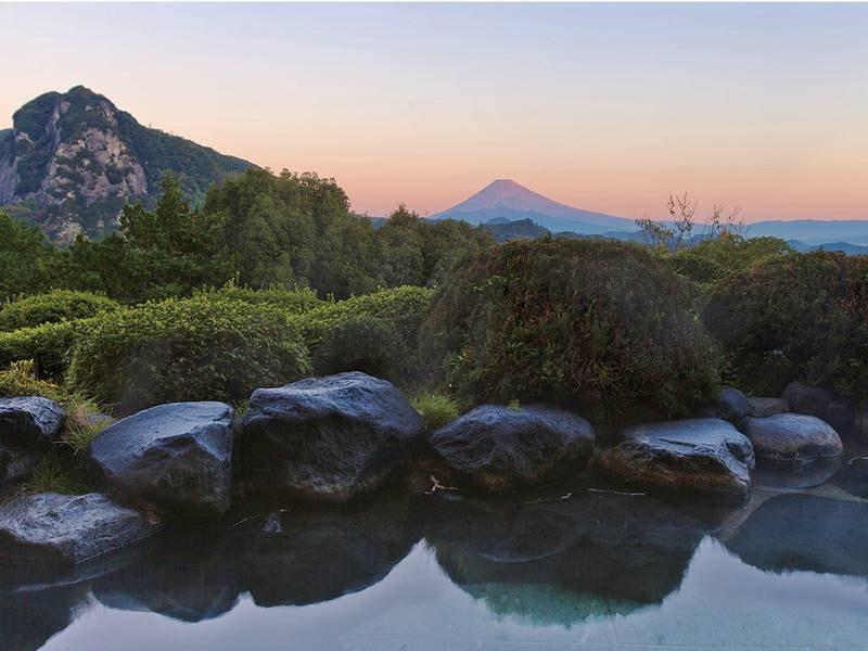 露天風呂から朝・夕焼けの富士も眺望!