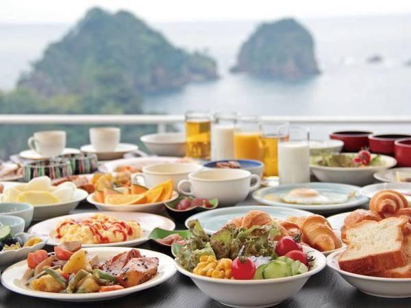 【朝食バイキング/例】海一望のダイニングにて、地元グルメ充実の約35種をご用意