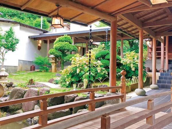 【中庭】客室までの通路の途中の美しい日本庭園。館内を歩くだけでも旅気分を味わえる