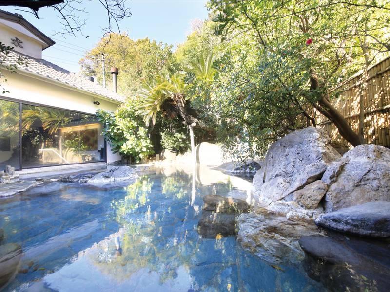 【かけ流し庭園露天風呂】伊豆石をふんだんに使用した露天は緑が茂って癒やされる