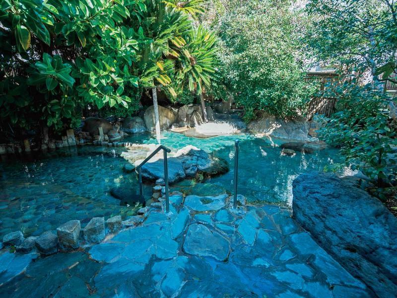 【露天風呂】伊豆石をふんだんに使用した露天は緑が茂って癒やされる