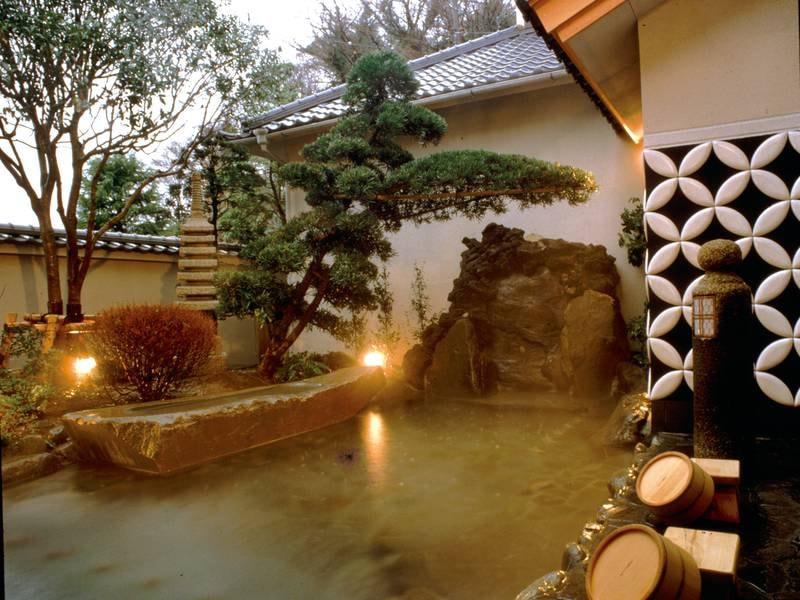 【露天風呂】庭園とナマコ壁に面した伊豆石の露天で寛ぎのひとときを