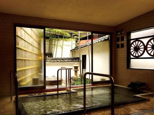 【本館1階貸切風呂「玉竜」】源泉掛け流し内湯と露天風呂、手すりも完備され足元も安心