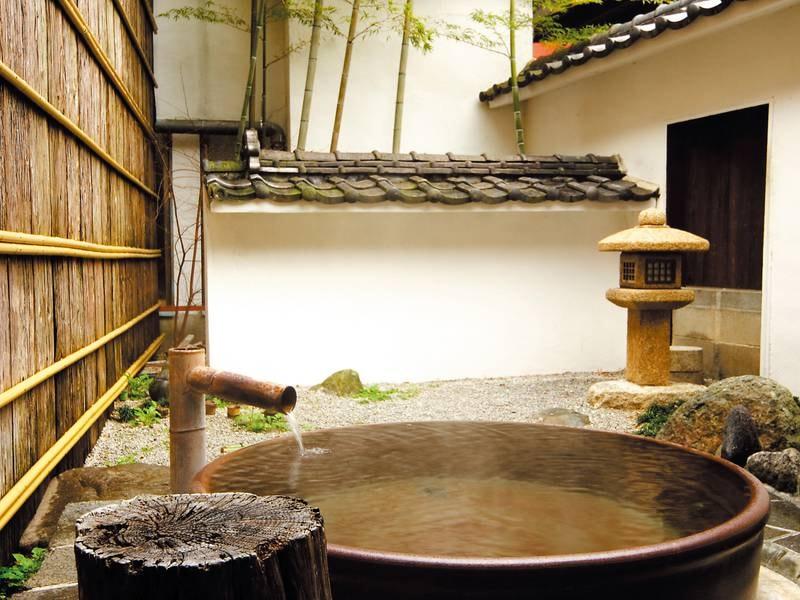 【本館1階「玉竜」露天風呂】源泉掛け流しのお湯を贅沢に満喫