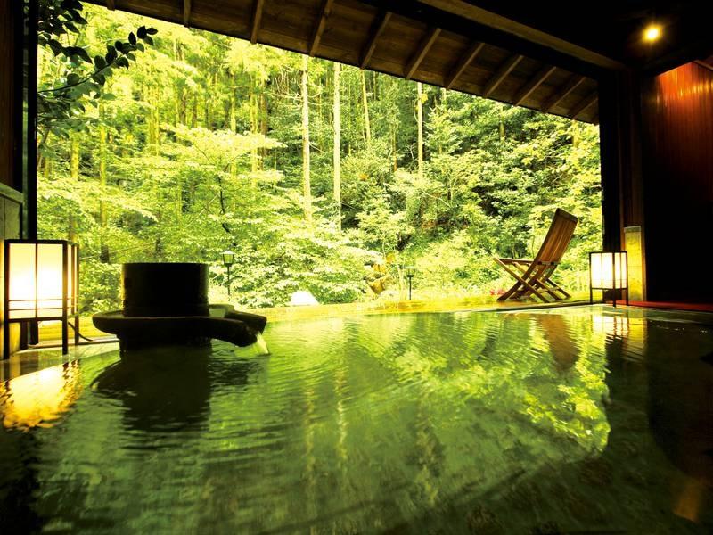 【詩季亭2階「貸切露天山水」】木々が風にざわめく音を聞きなが泉掛け流しの湯に癒される