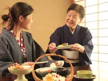 【お部屋食】夕食・朝食ともお部屋で、周りを気にせずゆったりと召し上がることができます。