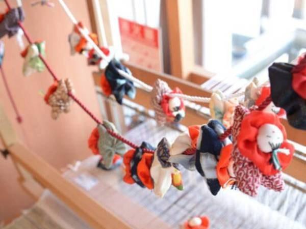 【ロビー】温もりのある手作りの品々が並ぶ