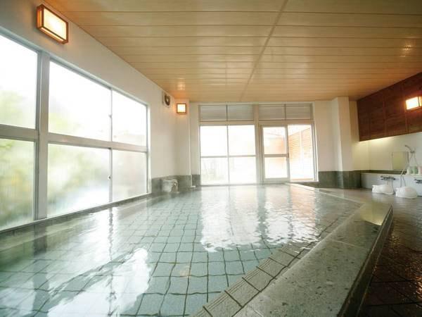 【大浴場】広々大浴場が足を伸ばしてゆったりと寛げる