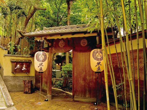 【外観】荘厳な門構えから一歩入れば和の静寂空間へ