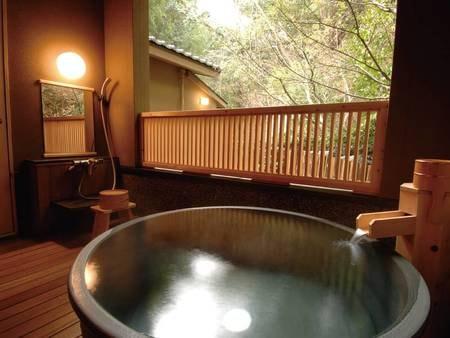 【客室の半露天風呂/例】全客室かけ流しのお風呂付き