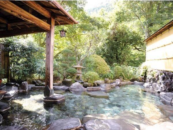 【露天風呂】緑に囲まれた趣ある癒しの空間