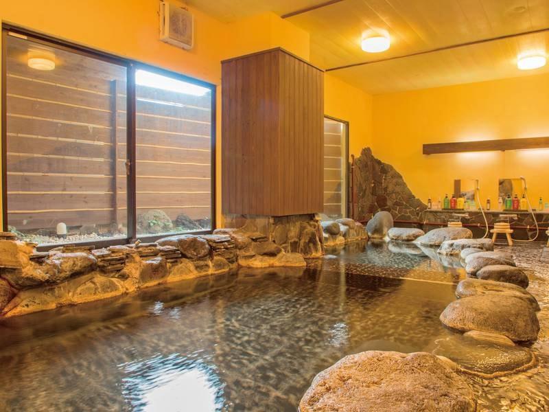 【大浴場】野趣豊かな岩風呂。良質な自家源泉を使用