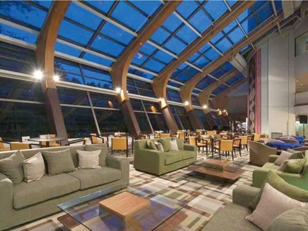 【ラウンジ】天井が高く、リゾート感たっぷりでゆったり過ごせる