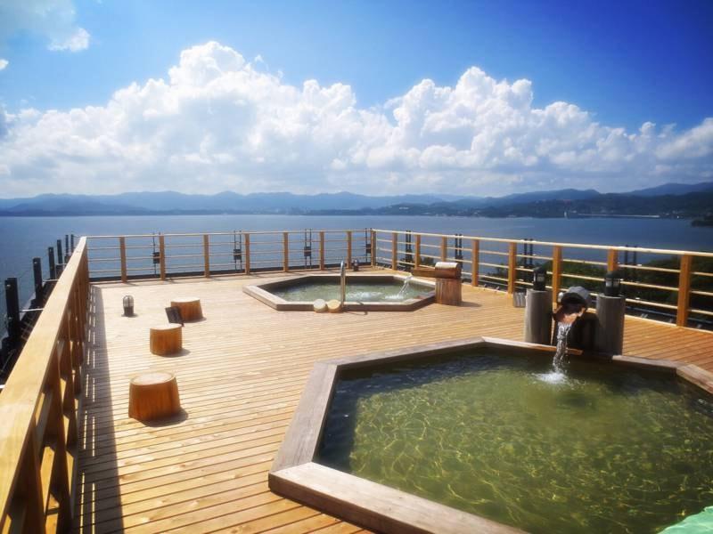 【絶景露天風呂(昼)】地上40m上からぐるりと浜名湖を見渡す絶景!