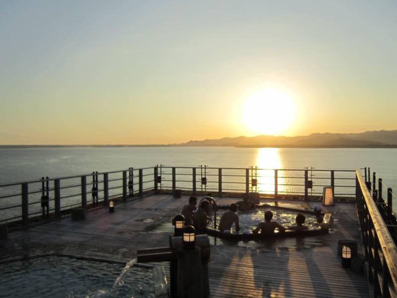 【絶景露天風呂(夕暮れ)】地上40m上からぐるりと浜名湖を見渡す絶景!